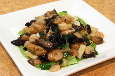 手塚先生専用メニュー「一番飯店」の特製上海焼きそば。
