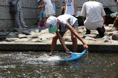 大好評!神田川の親水テラスで染色体験・水元再現イベント開催。