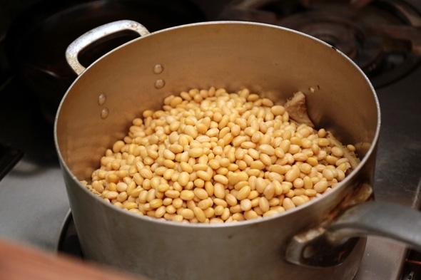 豆を煮込みます